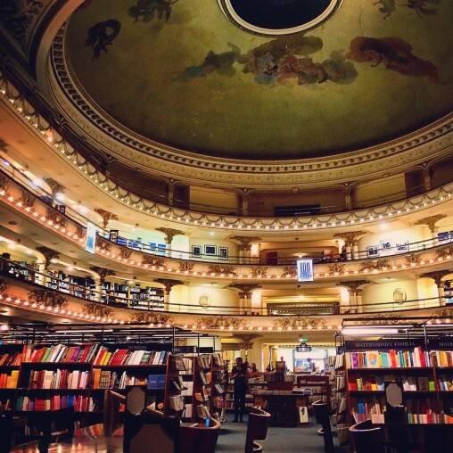 ブエノスアイレスの観光案内で定番の元オペラ座を改装したアテネ書店
